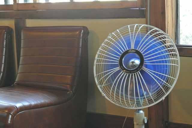 オフィスで扇風機